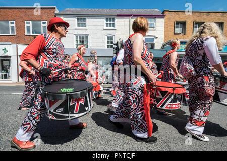 Abergele Carnaval Batala Samba Band 14 de julio de 2018 en la costa norte de Gales