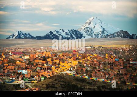 La cima del Huayna Potosí de El Alto, por encima de la Paz, Bolivia. La Paz y el Alto son una escasez crítica de agua y probablemente será la primera capital del mundo que tendrán que ser abandonadas debido a la falta de agua. Depende en gran medida de agua de deshielo glacial de los alrededores de picos andinos, pero como las causas del cambio climático los glaciares que se derriten, rápidamente se está agotando las reservas de agua.