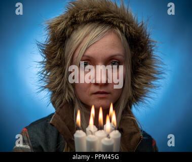 Naturalmente hermosa mujer milenaria en ropa de invierno, siri cosplay Foto de stock