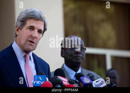 Enero 8, 2011 - Juba, Sudán - El senador estadounidense John Kerry habla a los reporteros después de su reunión con el Presidente Salva Kiir del sur de Sudán en Juba, en el sur de Sudán. Sudán meridional comienza una semana de votación en un referéndum de independencia el domingo que es probable que el país más grande de África se dividió en dos. Para que el referéndum para aprobar, una simple mayoría debe votar a favor de la independencia y el 60 por ciento de los 3.9 millones de votantes registrados deben votar. Crédito de la foto: Benedicte Desrus