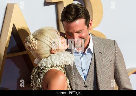 Londres, Reino Unido. El 27 de septiembre de 2018. Lady Gaga besa a Bradley Cooper en la mejilla en el Reino Unido estreno de 'Ha nacido una estrella' en Vue West End en Londres. Crédito: Wiktor Szymanowicz/Alamy Live News Foto de stock