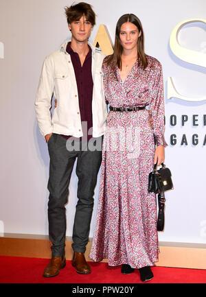 James Harvey y Charlotte Wiggins asistieron al estreno británico de ha nacido una estrella celebró en el Vue West End, de Londres. Foto de stock