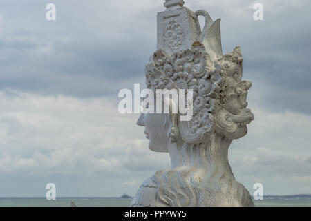 Cara de la estatua en frente de la playa de Sanur Foto de stock