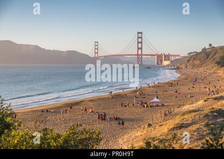 Vista del Puente Golden Gate de Baker Beach al atardecer, el sur de la Bahía de San Francisco, California, Estados Unidos de América, América del Norte