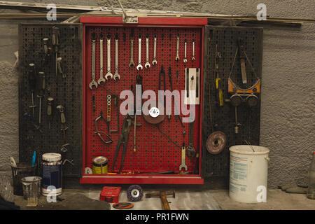 Herramientas de coche en el garaje
