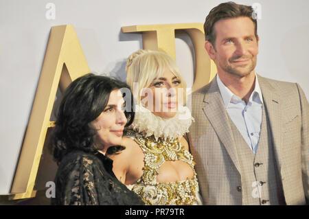 La premier de la película de Londres ha nacido una estrella. Sue Kroll, Lady Gaga y Bradley Cooper posar para las cámaras. Foto de stock