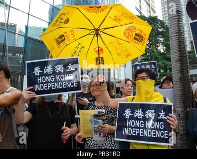 Octubre 1, 2018 - Hong Kong, Hong Kong, China - El campamento de independentistas que se han triplicado en los números siguientes la ilegalización del Partido Nacional de Hong Kong.Día Nacional de marzo en Hong Kong. En el 69º aniversario de la fundación de la República Popular de China, la gente toma las calles de la isla de Hong Kong a marzo, protesta y que sus opiniones sean escuchadas. A pesar de la reciente prohibición del Partido Nacional de Hong Kong, Pro-Independence partidarios estaban entre la multitud. Joshua Wong se mantuvo firme bajo la bandera del Partido Demosisto como las llamadas van a ser prohibidos siguiente. (Crédito de la Imagen: © Jayne Russe