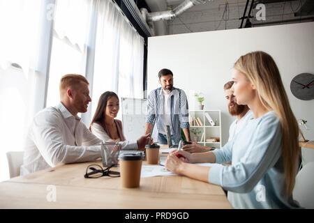 Equipo de colaboradores jóvenes haciendo grandes negocios discusión en la moderna oficina coworking.Trabajo en equipo concepto personas