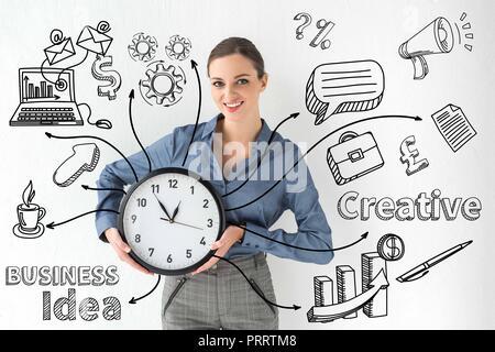 Reloj de pared empresaria sonriente sosteniendo en las manos en blanco con idea de negocio creativo e inscripción iconos dibujados a mano