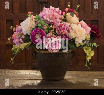 Decoración floral en florero antiguo cuadro en dificultades.