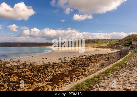 Sennen Cove dispone de una impresionante curva de playa de arena que es una gran atracción para los turistas, incluyendo surfers