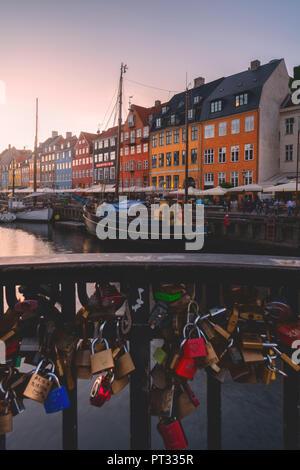 Al atardecer, Nyhavn, Copenhague, Dinamarca Hovedstaden, Europa del Norte,