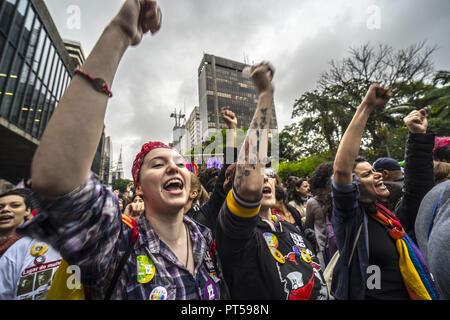 Sao Paulo, Brasil. El 6 de octubre de 2018, los manifestantes tomar parte en una protesta contra las mujeres brasileñas candidato presidencial derechista Jair Bolsonaro llamado por una campaña en los medios de comunicación social bajo el hashtag #EleNao (no él) en Sao Paulo, Brasil, el 6 de octubre de 2018. - Candidatos compitiendo para ser el próximo presidente de Brasil están haciendo últimos intentos desesperados para cortejar a los votantes indecisos antes de una primera ronda de elecciones el domingo que una polarización político de extrema derecha, Jair Bolsonaro, es el favorito para ganar. (Crédito de la Imagen: © Cris Faga/ZUMA Wire)