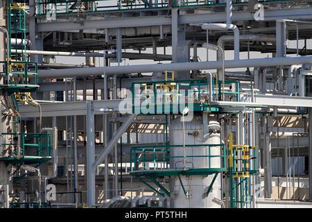 Tubos, tuberías y equipo pesado de una refinería de petróleo