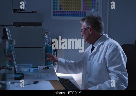 Científico que trabaja en el laboratorio macho
