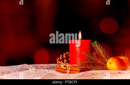 Vela roja con decoración navideña y copie el espacio