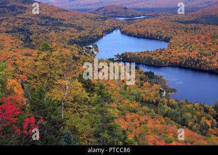 Mont Tremblant Parque Nacional con los colores de otoño, Canadá