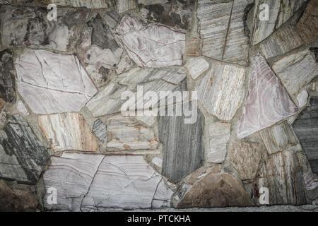 Muro de roca de fondo de textura fluida. Grandes piedras están dispuestas en la pared de fondo perfecta desordenada.