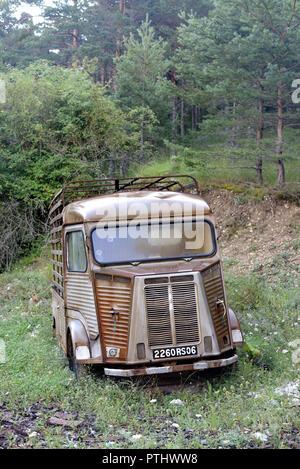 Abandonado Vintage Citroën Tipo H Van en la tala de árboles en el Parque Regional del río Verdon Taloire Provence Francia