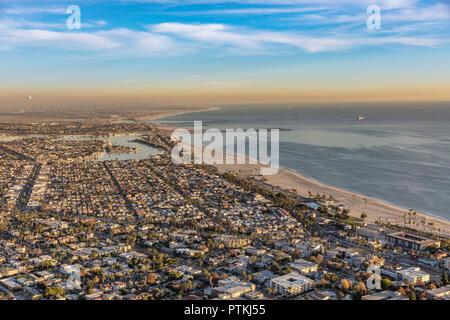 Por la tarde vista de Long Beach, California, con Seal Beach en el fondo.