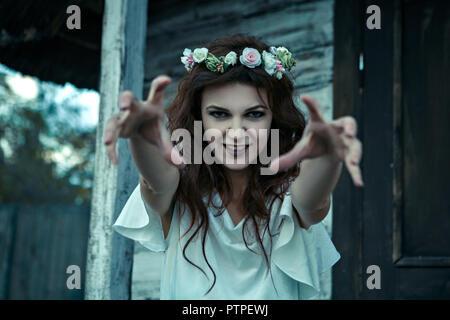 Retrato de una joven mujer de pesadillas , concepto de Halloween. Foto de stock