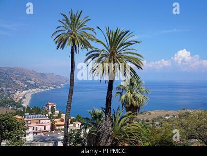 Espléndida vista de la playa de Taormina Mazzeo, Sicilia, Italia Foto de stock