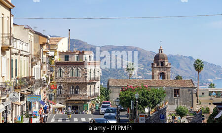 Vista desde Porta Messina al casco antiguo de Taormina, Sicilia, Italia Foto de stock
