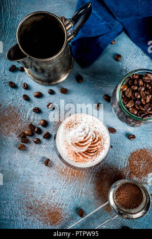 Otoño espresso bebe ideas, cóctel de café irlandés con crema batida y cacao, azul de fondo concreto espacio de copia