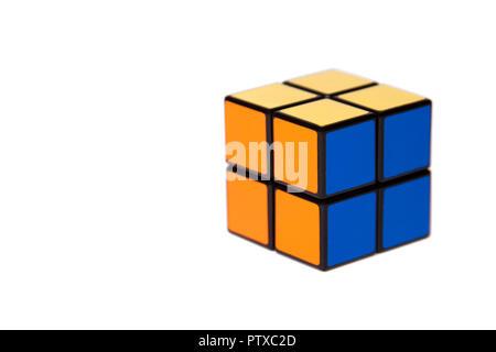 Cuatro pequeños azulejos simple mente fácil Cubo rompecabezas adversas sobre fondo blanco, simplicidad, facilidad