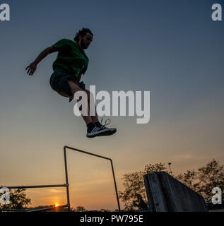 Bergamo, Italia El 12 de octubre de 2018:Parkour 'actividad física en marcha, escalar y saltar para superar un obstáculo