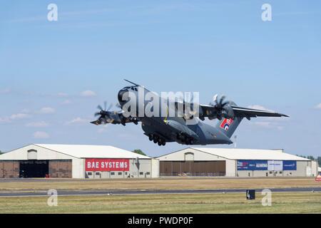 Defensa y Espacio de Airbus A400M, avión de transporte táctico Atlas despega a demostrar en el Royal International Air Tattoo.