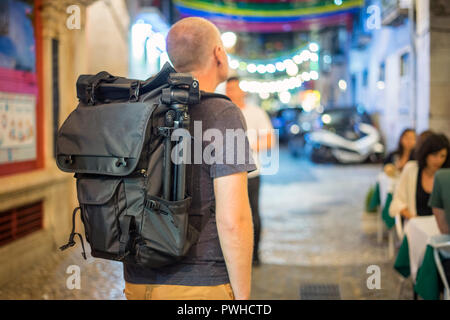 Turista con gran turismo de mochila animadas calles de Alfama, Lisboa, Portugal