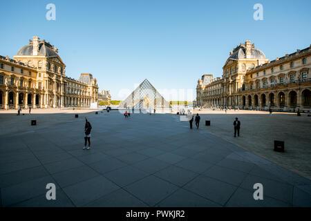 París, Francia - Septiembre 01, 2018: Ver en el museo del Louvre con pirámides de vidrio, el museo de arte más grande del mundo y un monumento histórico en París