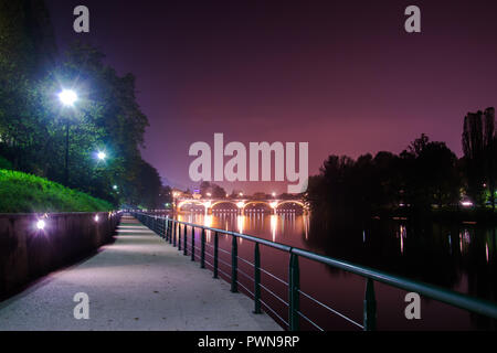 Turín Ponte Isabella y el río Po en la noche