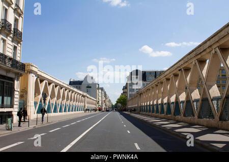 Francia, Paris, departamento 75, Distrito 10, rue La Fayette, viaducto encima de las vías férreas de la estación de tren Gare de l'Est.