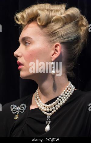 Londres, Reino Unido. 19 de octubre de 2018. Un modelo lleva las joyas de María Antonieta (L A R) Diamond Brooch, la segunda mitad del siglo XVIII (Est. USD 50K-80K), perla natural y collar de diamantes tres filas de 116 perlas graduado (Est USD200K-300K), perla natural y collar de diamantes (Est USD40K-70K), 'la reina Marie Antoinette's Pearl', perla natural y Diamond Pendant set (siglo XVIII Est USD1m-2m), y un par de naturales y pearl Diamond Pendant pendientes, a finales del siglo XVIII (Est USD200K-300K). Crédito: Stephen Chung/Alamy Live News Foto de stock
