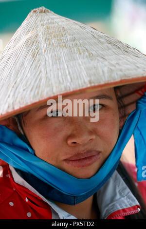 Mujer vistiendo tradicional sombrero cónico. Retrato. Dalat. Vietnam.