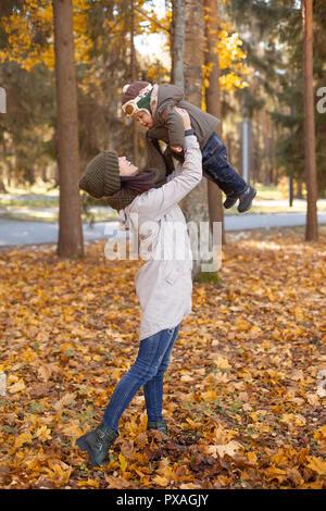 Little Baby Boy con su madre en el parque