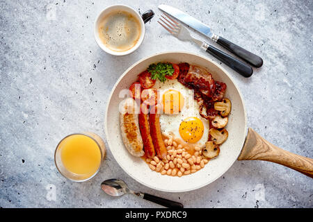 Desayuno inglés completo servido en una sartén