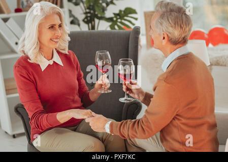 Senior sonriente hombre sujetando su mano wifes