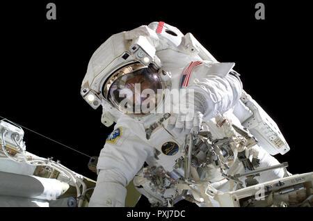 El astronauta Michael E. Lopez-Alegria, comandante de la expedición 14 y el oficial científico de la estación espacial de la NASA, participa en 6 horas, 40 minutos de paseo espacial como continúa la construcción de la Estación Espacial Internacional.