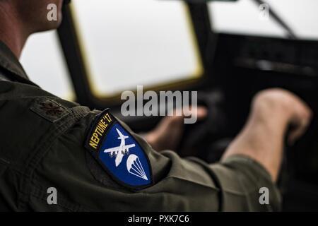 Gral. de la Fuerza Aérea estadounidense Kyle Bucher, 37º Escuadrón Aéreo, piloto lleva un Neptune '17 parche mientras volaba sobre Normandía, Francia, en un C-130J Super Hercules asignado a la 37ª en la base aérea de Ramstein, Alemania, 2 de junio de 2017. Operación Neptune fue la clave para el desembarco en Normandía el día D el 6 de junio de 1944. El flyover conmemora el 73º aniversario del Día D, la mayor multinacional anfibio militar operacional y salto en paracaídas en la historia, y pone de manifiesto el firme compromiso de los Estados Unidos aliados y socios europeos. En general, aproximadamente 400 miembros del servicio estadounidense de unidades en Europa un Foto de stock