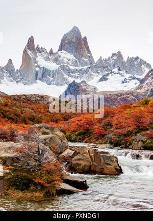 Arroyo del salto y el Monte Fitz Roy, el Parque Nacional Los Glaciares, provincia de Santa Cruz, Patagonia, Argentina