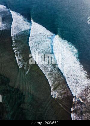 Indonesia, Bali, vista aérea del Océano Índico, las olas Foto de stock