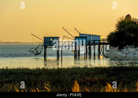 La pesca tradicional cabañas sobre pilotes (carrelets) en Talmont-sur-Gironde, Charente Maritime, Nouvelle-Aquitaine, Francia Foto de stock