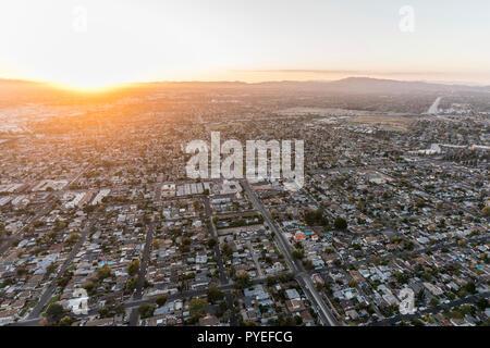 Puesta de sol vista aérea del Valle de San Fernando, casas y calles en Los Angeles, California.