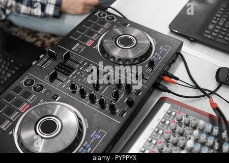 DJ control remoto. Controlador de audio Dj. Tornamesa electrónica.