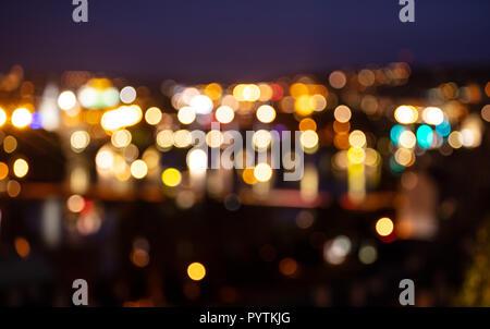Las luces de la ciudad por la noche. Los edificios urbanos de desenfoque desenfoque de fondo bokeh Foto de stock