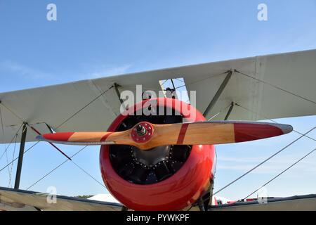 Retro biplano acercamiento frontal Foto de stock