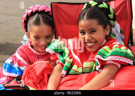 Las Niñas En Traje Tradicional Mexicano En Carnaval